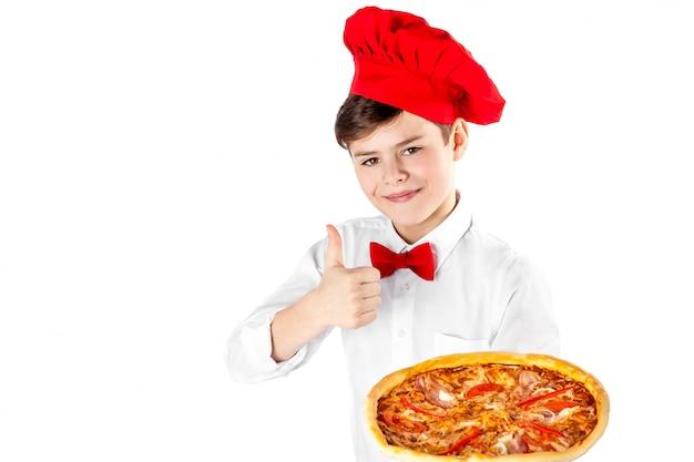 Garçon tenant une pizza isolée Photo Premium