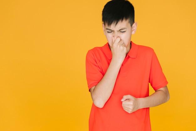 Garçon tenant son nez à cause de quelque chose qui pue Photo gratuit