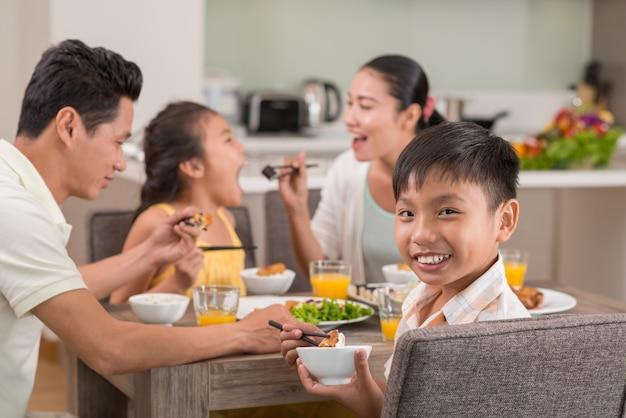 Garçon vietnamien souriant Photo Premium