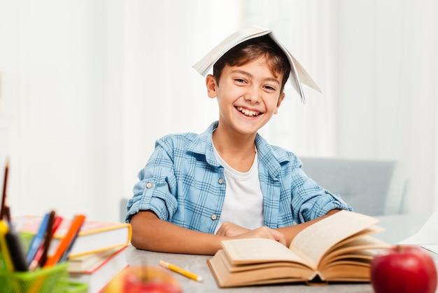 Garçon vue de face, jouant avec des livres Photo gratuit