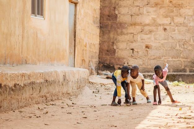 Garçons Africains Tir Complet Jouant Ensemble Photo gratuit