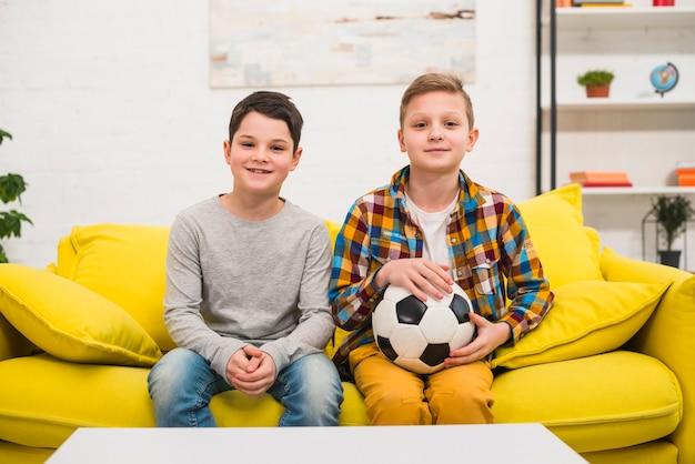 Garçons avec ballon de foot Photo gratuit