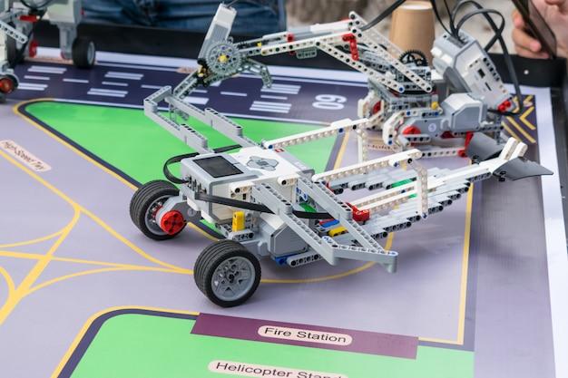 Garçons et filles construisent et programment le code robot lego Photo Premium