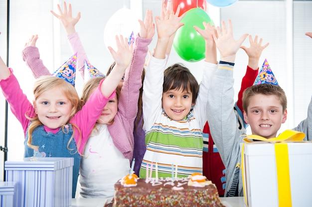 Garçons et filles profitant d'une fête d'anniversaire Photo Premium