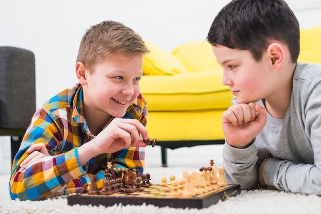 Garçons jouant aux échecs Photo gratuit