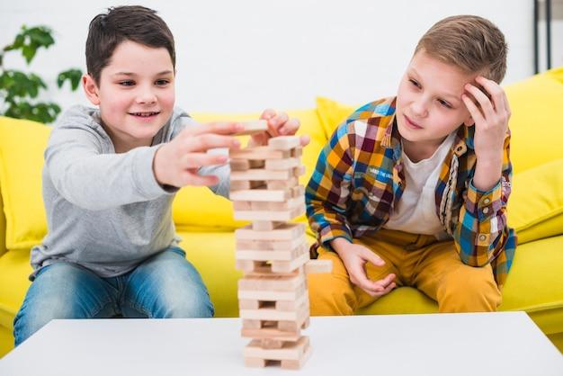 Garçons jouant ensemble Photo gratuit