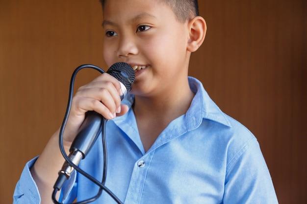 Garçons Avec Microphone Apprenant à Chanter Photo Premium