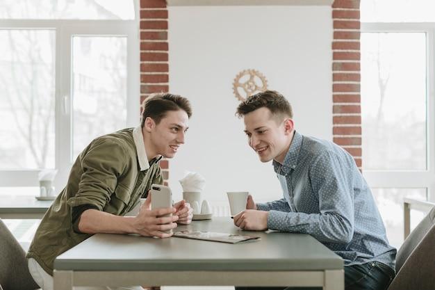 Garçons prenant un café au restaurant Photo gratuit