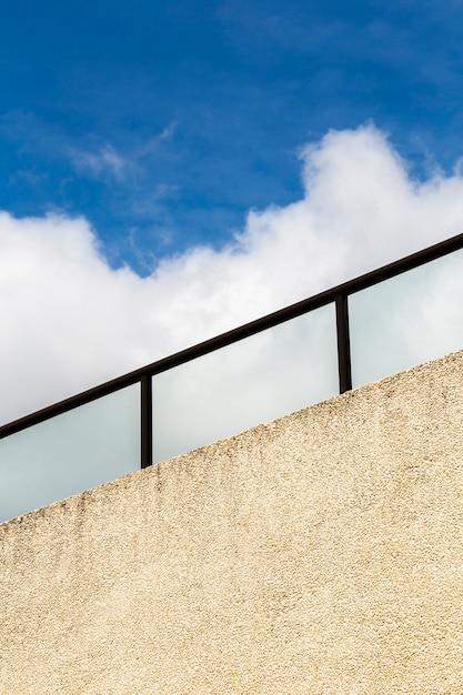 Garde-corps close-up avec un ciel bleu Photo gratuit