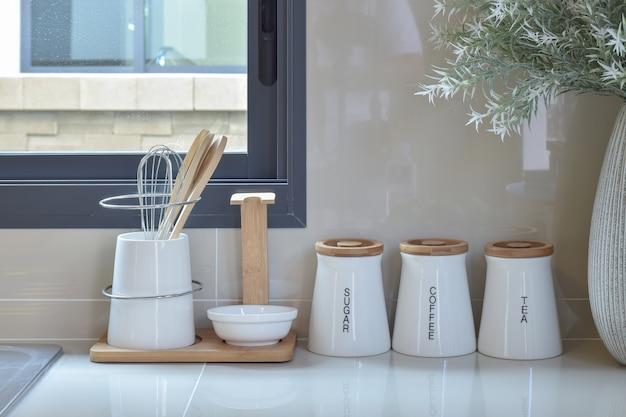 Garde-manger moderne avec ustensile blanc dans la cuisine Photo Premium