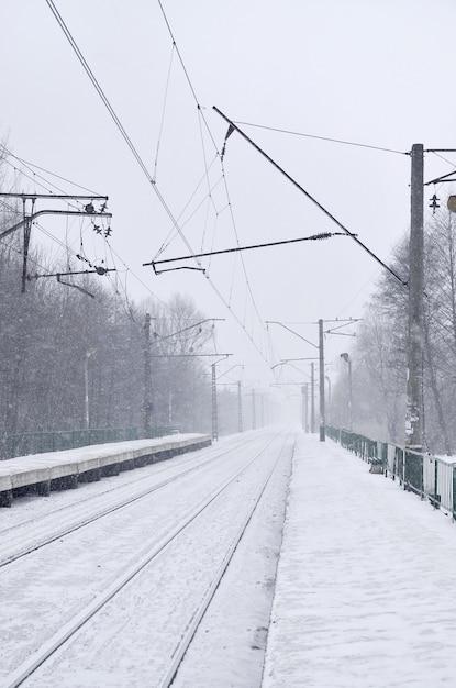 Gare dans la tempête de neige d'hiver Photo Premium