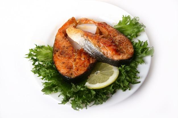 Garniture de saumon frais avec salade Photo gratuit