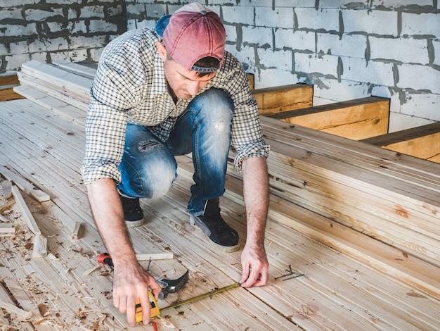 Gars élégant, travaillant avec des outils sur bois Photo Premium