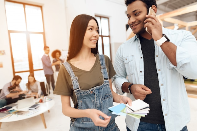 Le gars et la fille se parlent. Photo Premium