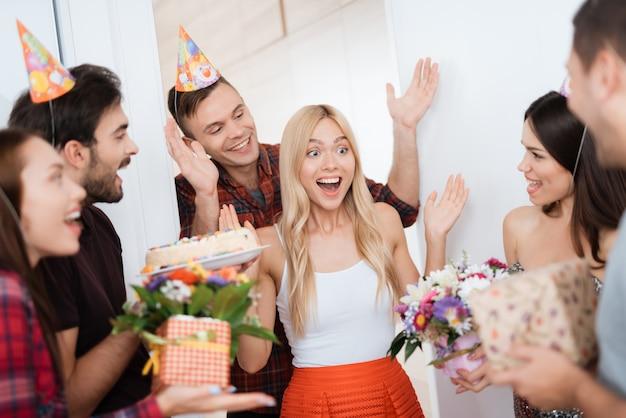 Le Gars A Préparé Une Surprise Pour L'anniversaire De La Fille. Photo Premium