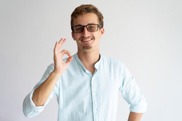 Un gars sympathique et positif approuvant de nouvelles lunettes. Photo gratuit