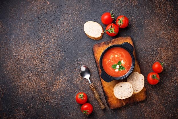 Gaspacho de soupe aux tomates dans une marmite Photo Premium