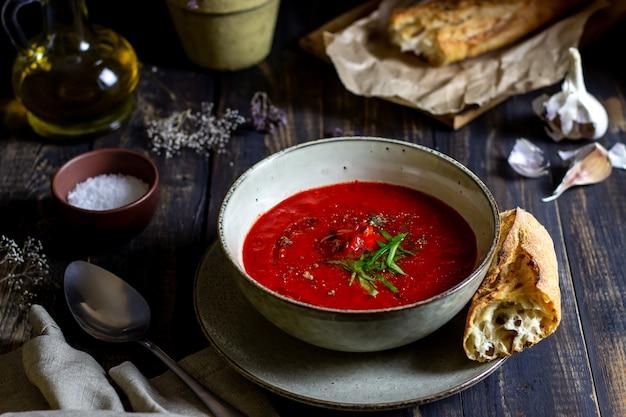Gaspacho de soupe aux tomates espagnole sur un fond en bois Photo Premium