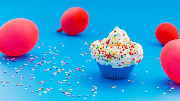 Gâteau d'anniversaire avec des ballons Photo gratuit