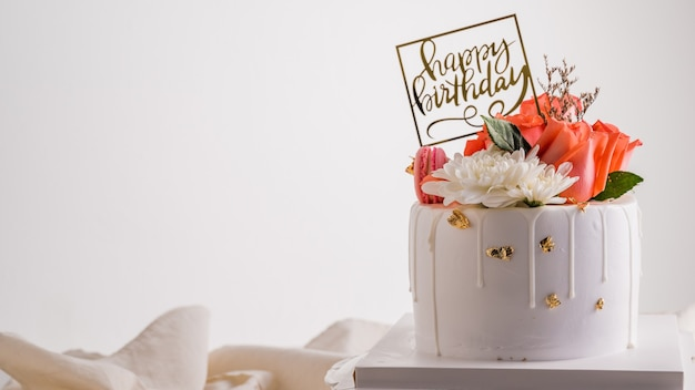 Gâteau D'anniversaire Blanc Avec Fleur Rose Rose. Photo Premium