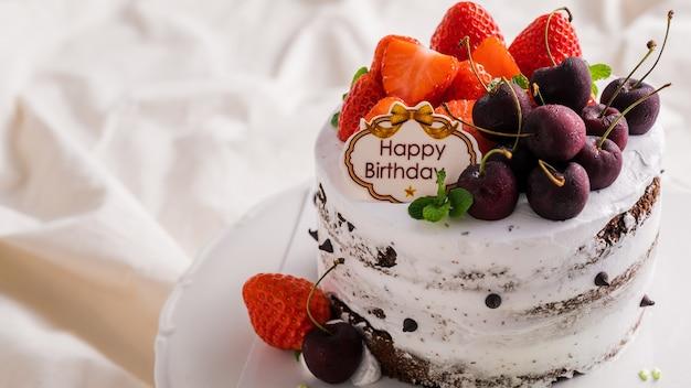 Gâteau D'anniversaire Blanc à La Fraise Fraîche Photo Premium