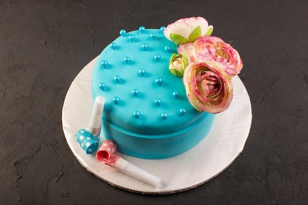 Un Gâteau D'anniversaire Bleu Vue De Dessus Avec Une Fleur Sur Le Dessus De L'anniversaire De Fête De Célébration De Bureau Sombre Photo gratuit