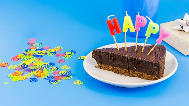 Gâteau d'anniversaire avec des bougies et des confettis Photo gratuit