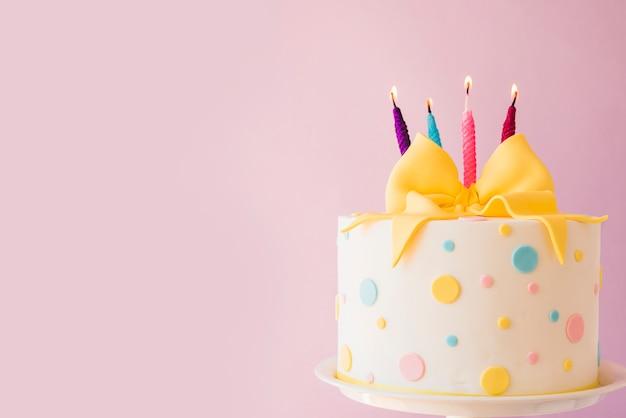 Gâteau D'anniversaire Avec Des Bougies Photo Premium