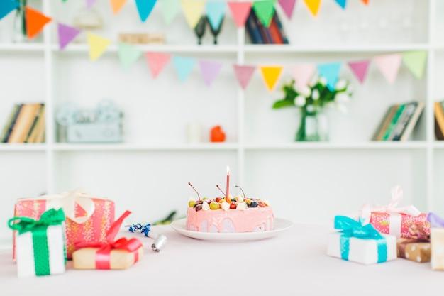 Gâteau d'anniversaire avec des cadeaux Photo gratuit
