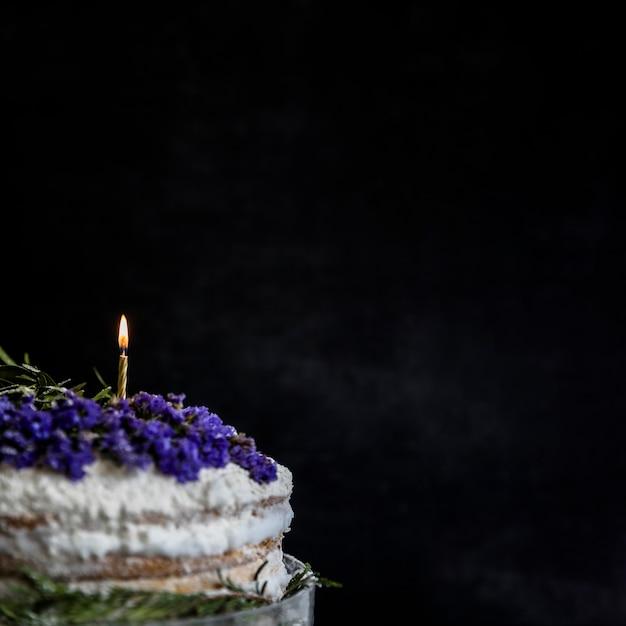 Gâteau d'anniversaire décoré de fleurs Photo gratuit