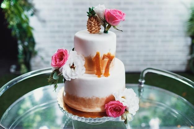 Gâteau d'anniversaire fatigué avec des bougies en forme de numéro 17 Photo gratuit
