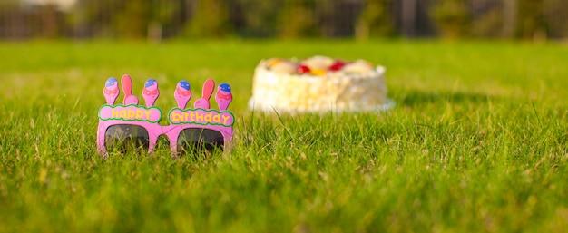 Gâteau d'anniversaire et des lunettes qui dit un joyeux anniversaire Photo Premium