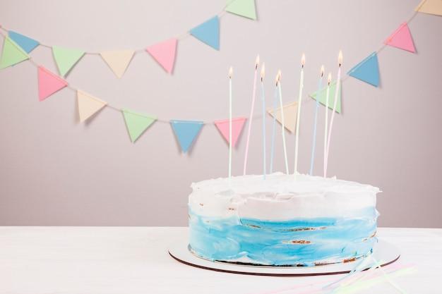 Gâteau d'anniversaire nature morte Photo gratuit