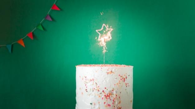 Gâteau d'anniversaire avec sparkler allumé Photo gratuit