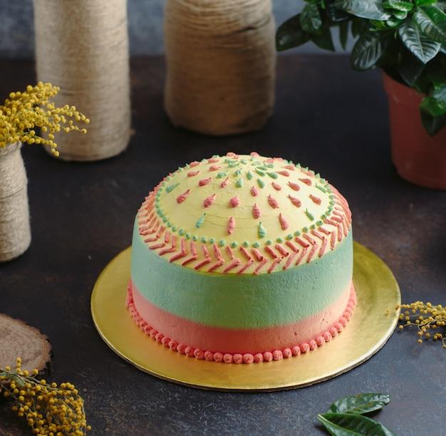 Gâteau arc-en-ciel sur la table Photo gratuit