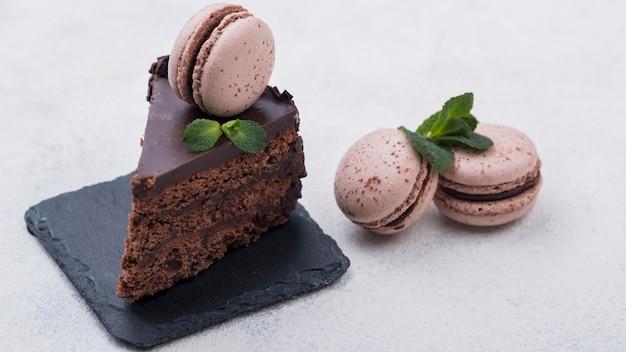 Gâteau Sur Ardoise Aux Macarons Et Menthe Photo gratuit