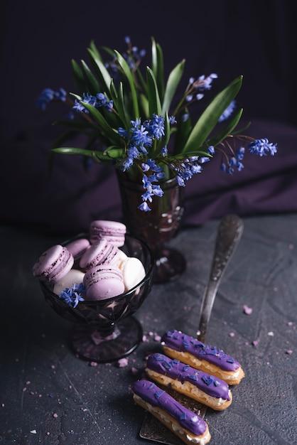Gâteau au cassis près du vase Photo gratuit