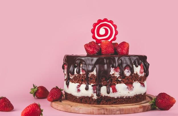 Gâteau Au Chocolat Aux Fraises Sur La Table Photo Premium