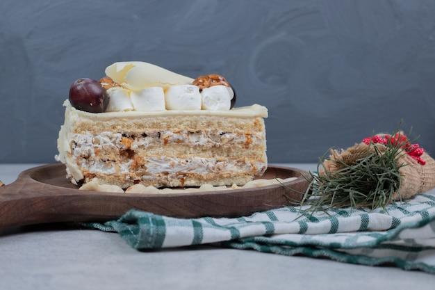 Gâteau Au Chocolat Blanc Sur Planche De Bois Avec Des Décorations De Noël. Photo De Haute Qualité Photo gratuit