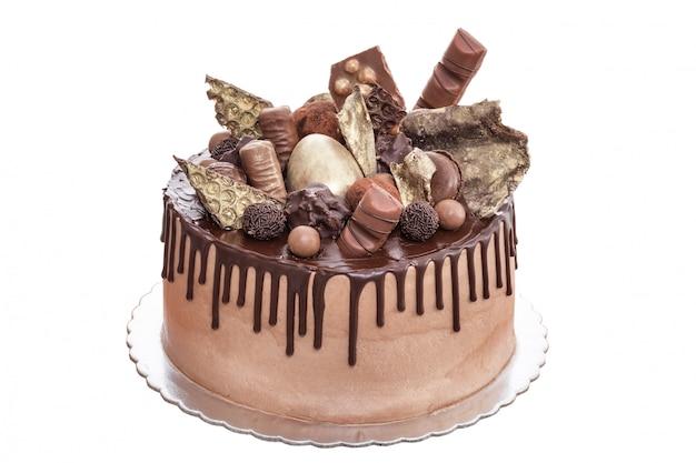 Gâteau Au Chocolat Avec Des Chocolats Le Jour De La Naissance. Sur Un Fond Blanc. Photo Premium