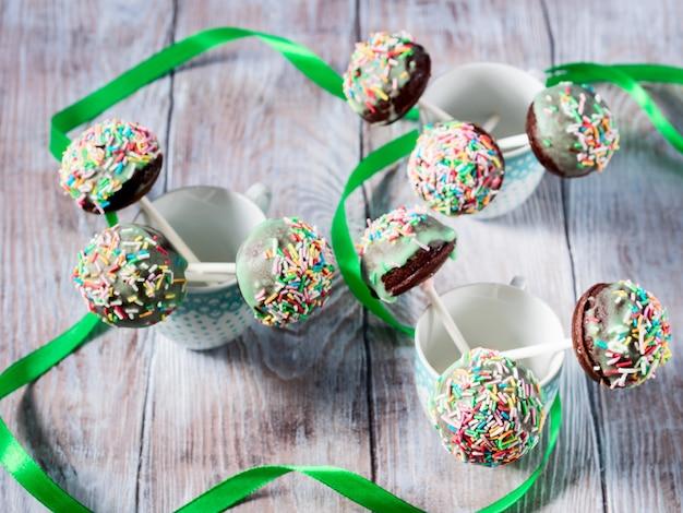 Gâteau au chocolat coloré apparaît dans des tasses Photo Premium