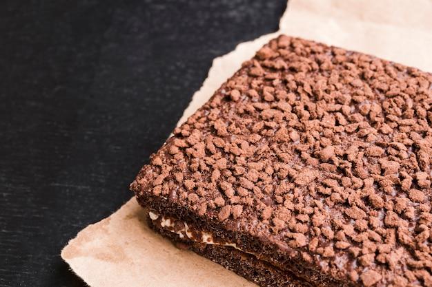 Gâteau au chocolat fait maison sur du papier kraft Photo gratuit
