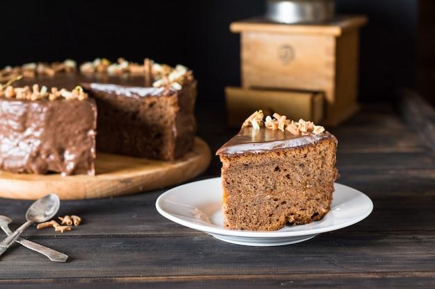 Gateau au chocolat. gâteau autrichien traditionnel. gâteau sacher. petit déjeuner. l'heure du café. noël Photo Premium