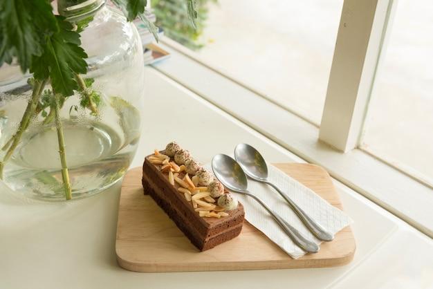 Gâteau au chocolat nappé d'amandes et de crème Photo Premium