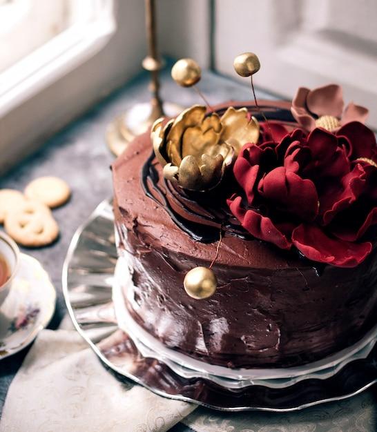 Gâteau Au Chocolat Orné De Fleurs Photo gratuit