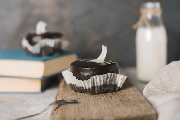 Gâteau au chocolat sur une planche en bois Photo gratuit