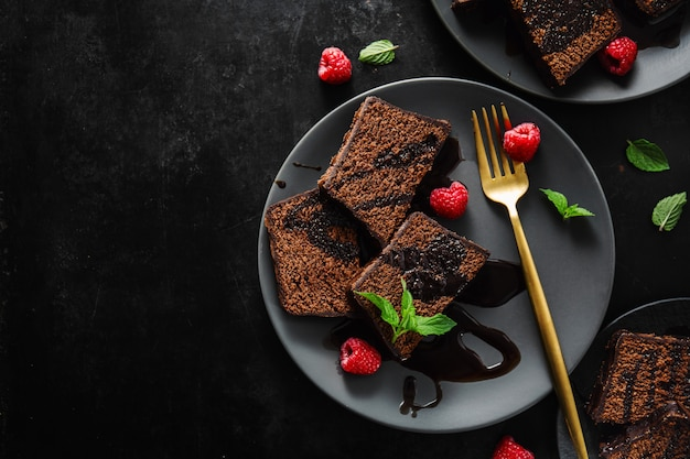 Gâteau Au Chocolat Avec Sauce Au Chocolat Photo Premium