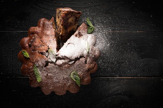 Gâteau au chocolat (saupoudré de sucre en poudre) Photo Premium