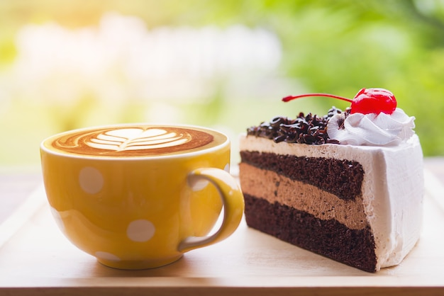 Gâteau au chocolat avec une tasse de café Photo gratuit