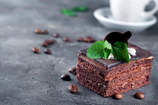 Gâteau au chocolat avec une tasse de café Photo Premium